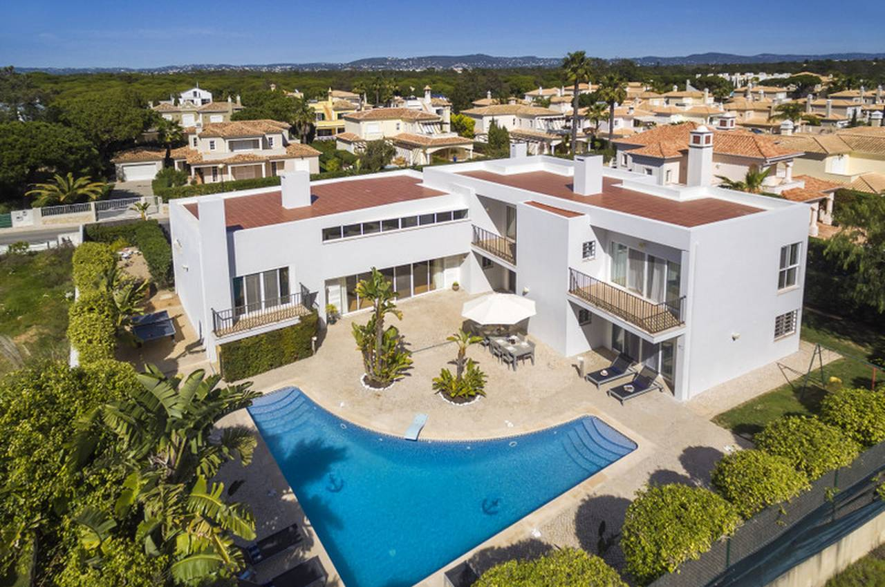 CONTEMPORARY 4 BEDROOM VILLA NEAR THE BEACH AND VALE DO LOBO