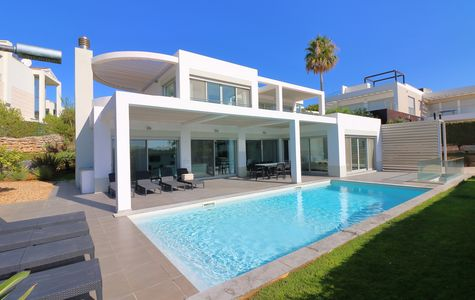STUNNING 4 BEDROOM VILLA WITH SEA VIEWS