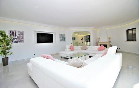 REFURBISHED 4 BEDROOM VILLA IN THE QUINTA DO LAGO AREA