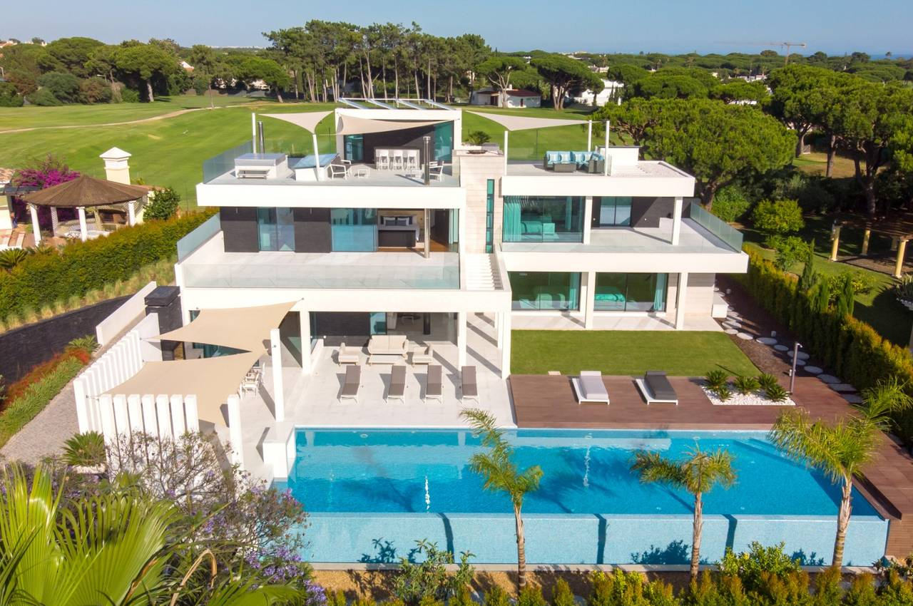 CONTEMPORARY 4 BED VILLA WITH STUNNING SEA VIEWS