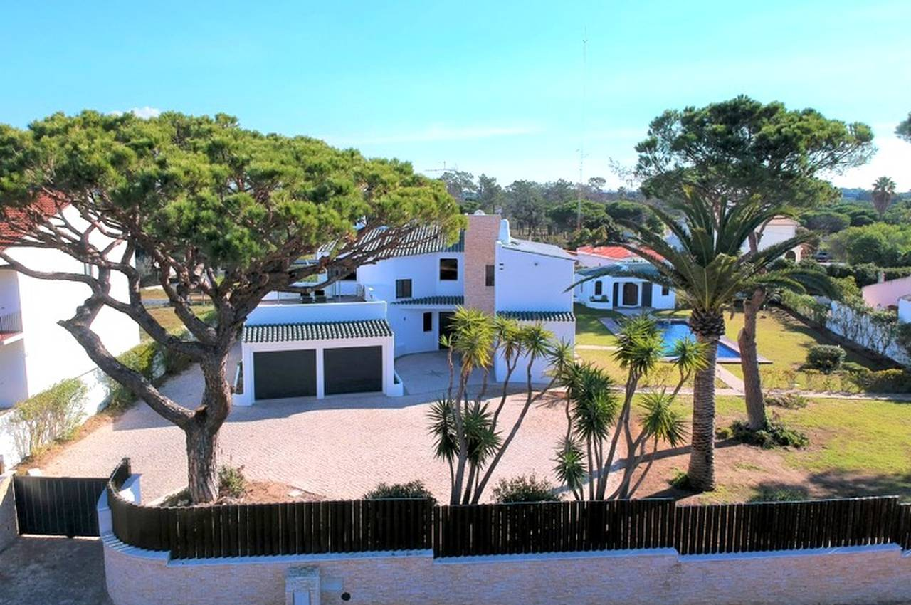REFURBISHED 4 BEDROOM VILLA IN THE QUINTA DO LAGO AREA