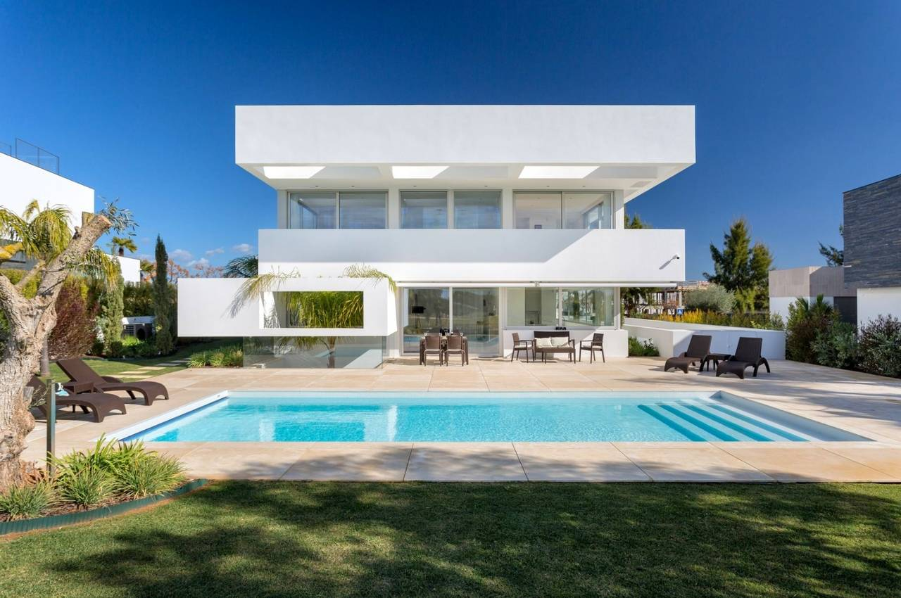 LUXURIOUS 4 BEDROOM VILLA WITH GOLF FRONTAGE
