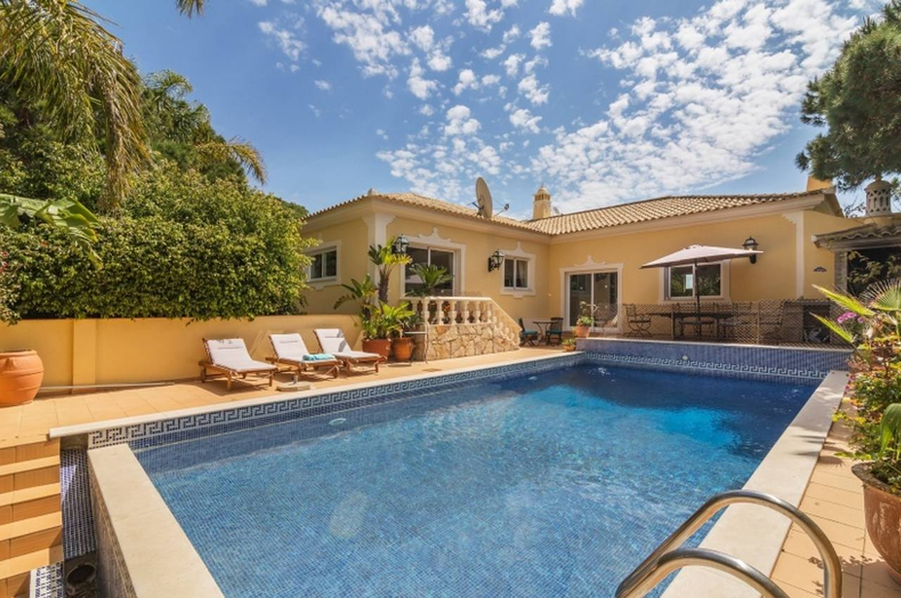 CHARMING 4 + 1 BEDROOM VILLA IN QUIET AREA