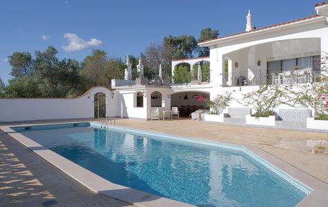 TRADICIONAL VILLA SET ON A LARGE PLOT WITH SEA VIEWS